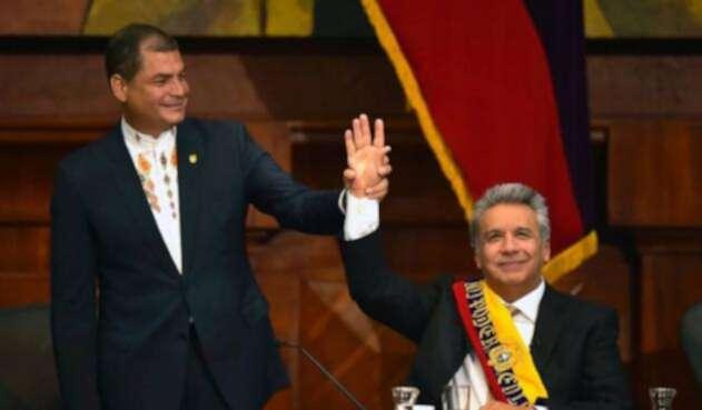 Rafael Correa levanta la mano de su sucesor, el presidente de Ecuador, Lenín Moreno.