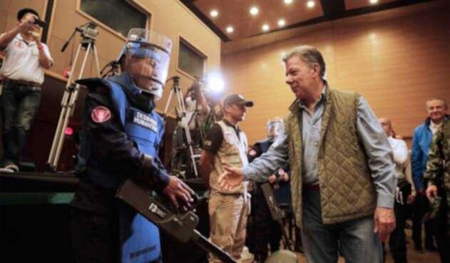 Juan Manuel Santos saludando a un desminador en el Centro de Convenciones Casa de la Moneda, en Popayán