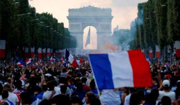 Los hinchas de Francia celebran por las calles de París tras ganar el Mundial de Rusia