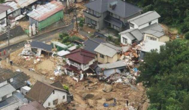El canal público NHK dio un reporte de 51 muertos y 44 desaparecidos en la madrugada del domingo.