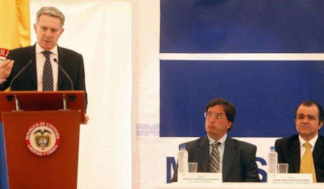 Álvaro Uribe, en su momento Presidente (izq), Alberto Carrasquilla, entonces ex Minhacienda (cen) y Óscar Iván Zuluaga, entonces Minhacienda (der)
