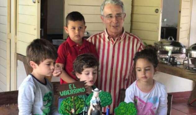Álvaro Uribe cumplió 66 años