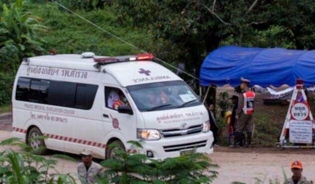 Ambulancia cerca a cueva de Tailandia