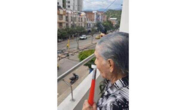 La anciana disparaba al aire en medio de partidos de Colombia