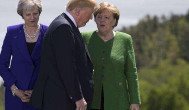 Donald Trump y Angela Merkel en una conversación