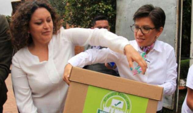 Larepresentante a la Cámara Angélica Lozano y lasenadora Claudia López, promotoras de la consulta anticorrupción, en Bogotá