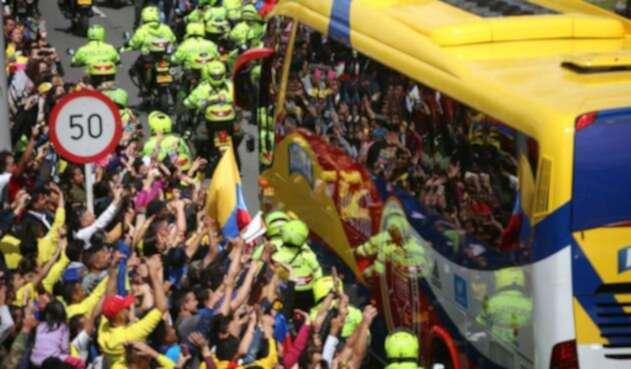 Sólo a través del vidrio del bus de la Selección Colombia los aficionados lograron ver a los jugadores por unos pocos segundos.