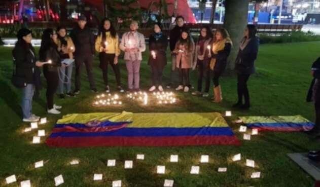 Colombianos en Australia prenden velas en protesta de líderes sociales