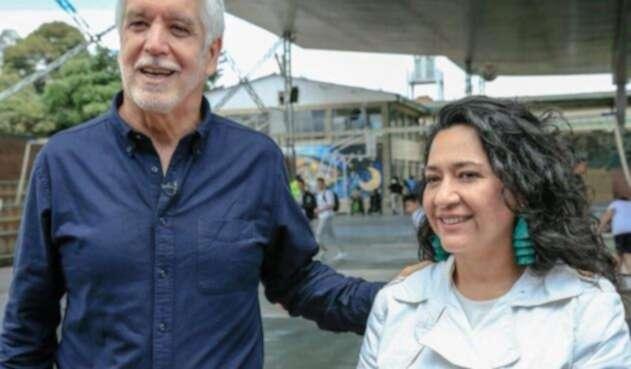 Claudia Puentes (der.), secretaria de Educación, junto al alcalde Enrique Peñalosa