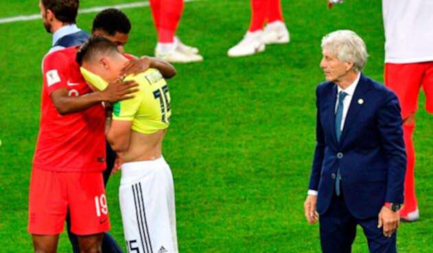 Matheus Uribe, consolado por Marcus Rashford. Los observa José Pékerman, técnico de la Selección Colombia, en el Spartak Stadium de Moscú