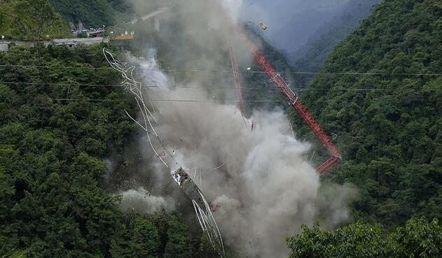 Implosión del puente Chirajara