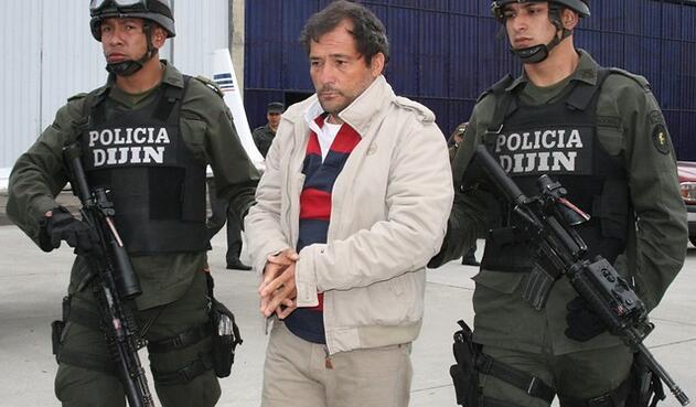 Miguel Ángel Mejía Múnera, alias El Mellizo, en el aeropuerto de Catam, antes de ser extraditado a EE. UU.