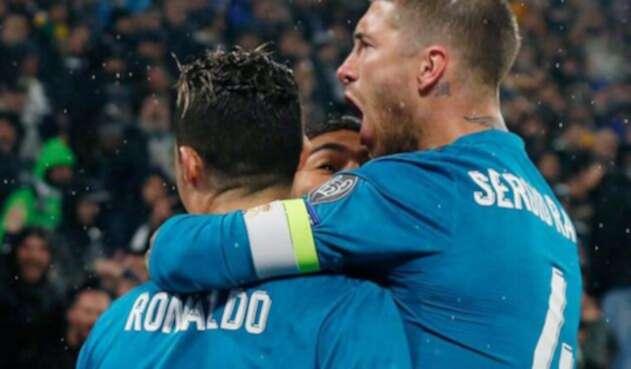 Sergio Ramos abrazando a Cristiano Ronaldo