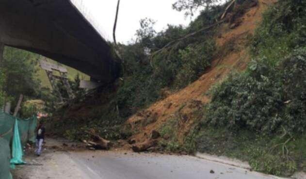 Deslizamiento de tierra sobre el kilómetro 36 en la vía Ibagué - Armenia.