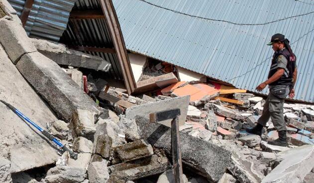 Escombros tras terremoto en Indonesia