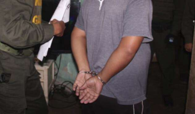Delincuente esposado es capturado por la Policía