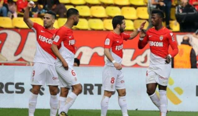 Falcao celebra junto a sus compañeros el gol marcado al Nantes en abril del 2018