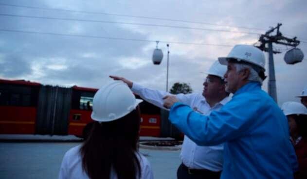 Mauricio Cárdenas, ministro de Hacienda, y Enrique Peñalosa, alcalde de Bogotá, en el proyecto Transmicable de Ciudad Bolívar
