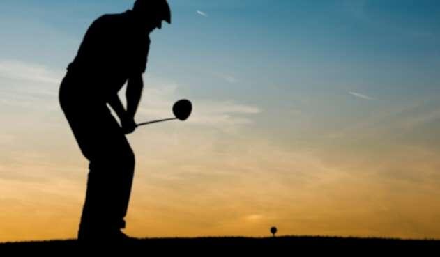 Un golfista en acción en un campo de juego de Florida (Estados Unidos)