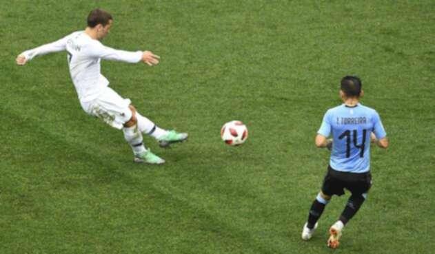 Griezmann en el disparo que terminó en gol a Uruguay