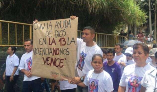 """Con el mensaje: """"con la ayuda de Dios en La 13 la violencia no nos vence"""", la comunidad recorrió las calles del Occidente de la ciudad."""