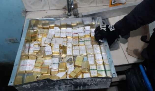 Caja metálica que contenía en total de 59 lingotes de oro, pertenecientes al clan del Golfo