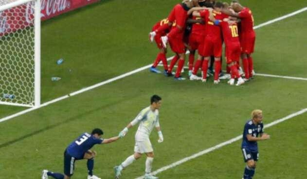 Los jugadores de Japón tratando de seguir adelante tras uno de los goles de Bélgica