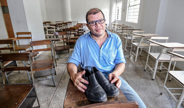 El profesor venezolano José Ibarra junto a sus viejos zapatos, en Caracas (Venezuela)
