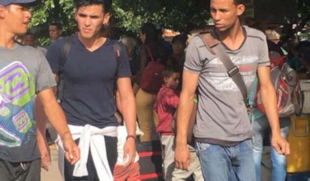 Jóvenes en la frontera entre Colombia y Venezuela