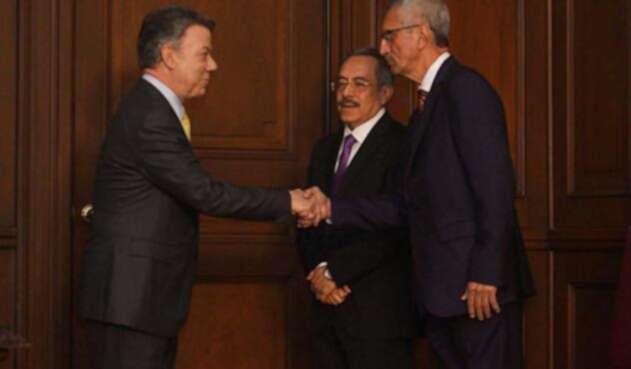 Ramiro Alonso Marín y Ariel Augusto Torres fueron felicitados por Santos al momento de la posesión