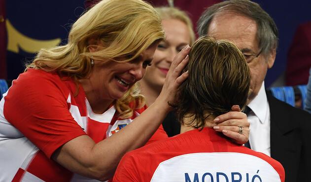 Kolinda Grabar-Kitarovic, presidenta de Croacia, en el Estadio Luzhniki de Moscú. Durante los actos siempre fue acompañada por Emmanuel Macron, presidente de Francia; por Gianni Infantino, presidente de la FIFA; y por Vladimir Putin, presidente de Francia.