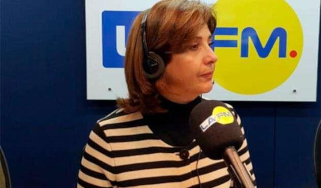 María Ángela Holguín, canciller colombiana, en la mesa de trabajo de LA FM, en Bogotá