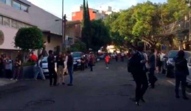 Ciudadanos evacúan tras sismo en México