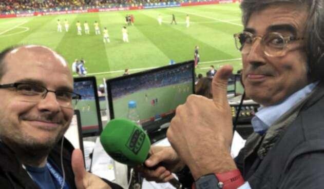 Alejandro Romero y Mister Chip en el partido Colombia vs Inglaterra