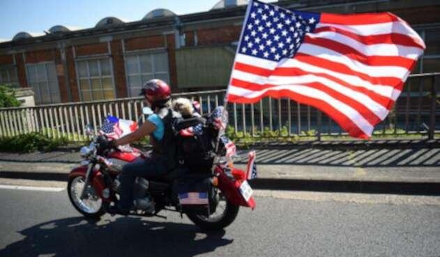 Un motociclista a bordo de una Harley-Davidson