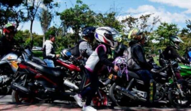 Fila de motociclistas