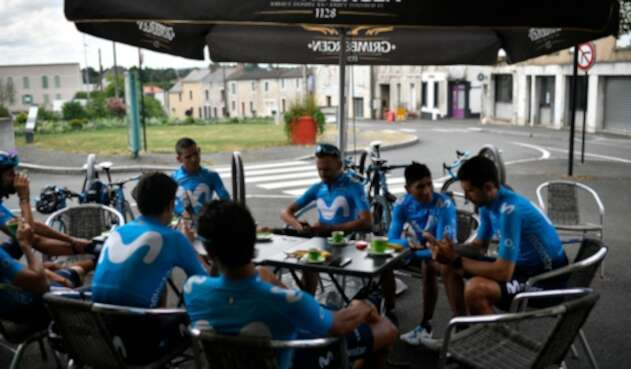 El Movistar Team descansando en Chemille-Melay (Francia), el 6 de julio de 2018
