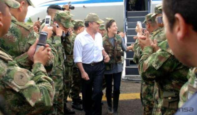 Juan Manuel Santos con Íngrid Betancourt en la Operación Jaque
