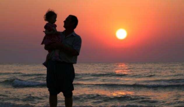 Foto de referencia de un padre de familia con su hija
