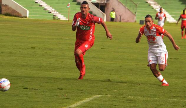Malagón disputa el balón con Anderson Plata, delantero de Santa Fe