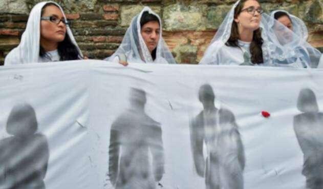 Mujeres que fueron familiares, compañeras o militantes de miembros del movimiento político Marcha Patriótica asesinados en los últimos años, protestan por las acciones violentas.