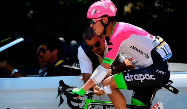 Rigoberto Urán, asistido en la etapa 10 del Tour de Francia tras la caída en la novena etapa