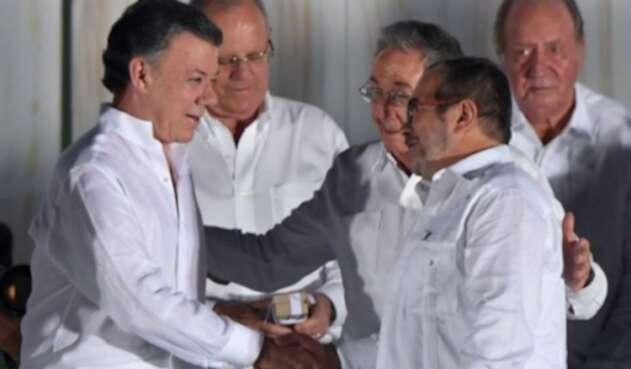 Firma del Acuerdo de Paz, el presidente Juan Manuel Santos y Timoleón Jiménez