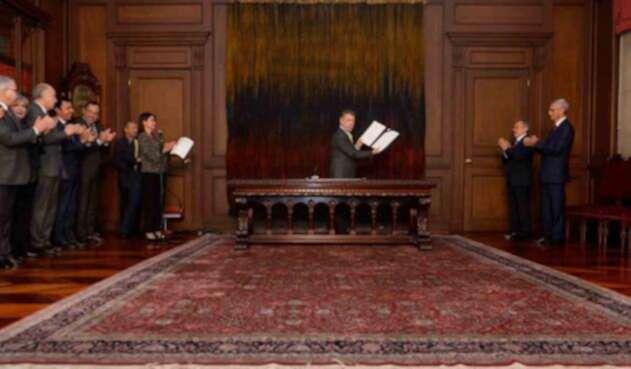 El presidente Santos firma el decreto que sanciona la ley