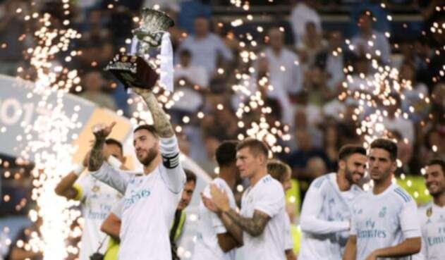 Sergio Ramos levanta el trofeo de la Supercopa en agosto de 2017