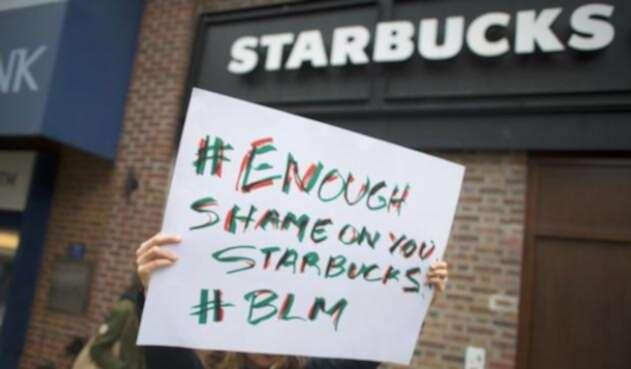 """Starbucks capacitará a gerentes sobre """"sesgo inconsciente""""."""