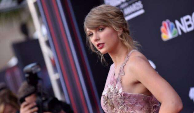 Taylor Swift se queda atrapada en una jaula durante un concierto