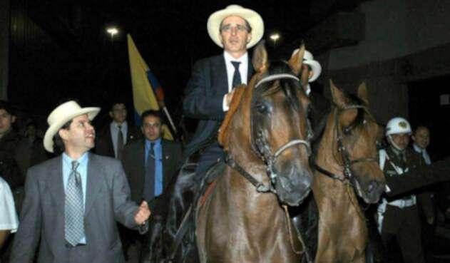 Álvaro Uribe, evocando sus años de caballista
