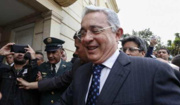 El senador Álvaro Uribe lanzó este lunes festivo un inusual mensaje en sus redes.