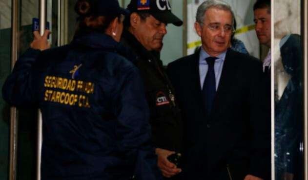 El expresidente Álvaro Uribe en la Fiscalía General de la Nación, en Bogotá, el 8 de octubre de 2014